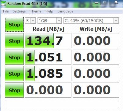 Khi phần mềm CrystalDiskMark đang kiểm tra tốc độ đọc ghi ổ cứng