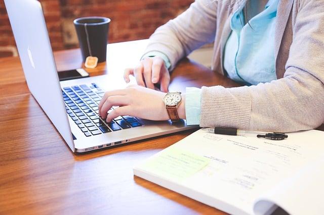 Sinh viên nên mua laptop hãng nào?